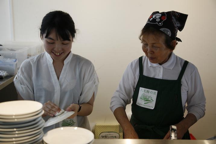 水増集落のお母さんとボランティアスタッフで食事を準備