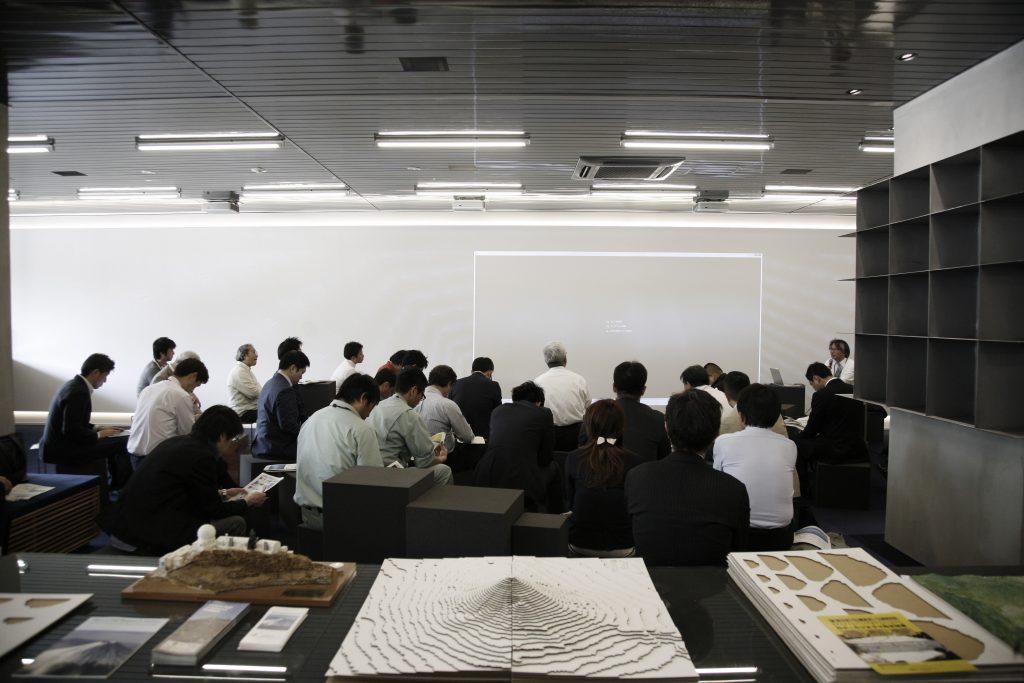 東急エージェンシーのカフェスペース「THE SPACE」で行われた富士山プロジェクトの全体ミーティング