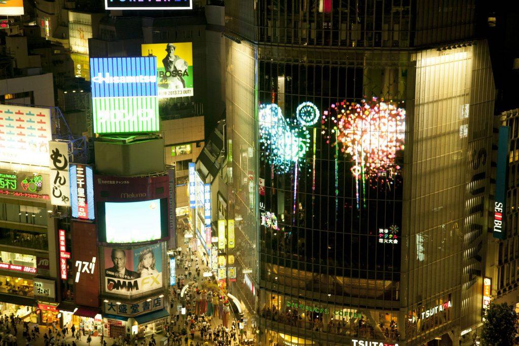 スクランブル交差点を賑わせた「渋谷デジタル花火」