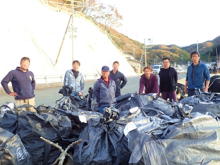 13袋のごみと、地元協力者の方との記念撮影。今回の参加者は10名でした。