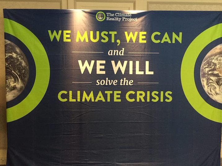 トレーニング会場エントランスのフラッグ。We must, we can, and we will solve the climate crisis.(私たちは気候変動を解決しなければいけない、解決できる、そしてきっと未来に解決するはずだ。)