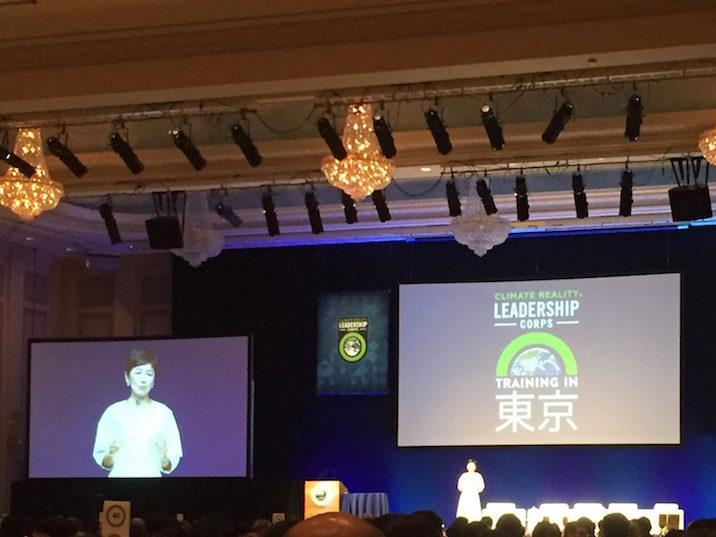 1日目の司会、国谷裕子さん。緊張感ある会場をほぐすような柔らかい導入でした。