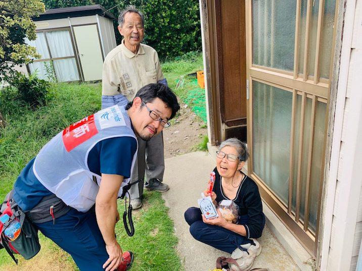 2019年の台風15号では、避難所近くの家をの1軒1軒まわり、自宅で避難されていた方に、食料などを届けました(PWJ)
